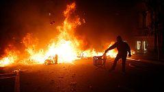 Fuertes entrentamientos entre manifestantes y Policía en Barcelona