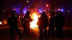Los radicales queman coches y contenedores en el centro de Barcelona
