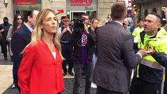 """Los manifestantes reciben con gritos de """"fascista"""" a Álvarez de Toledo en Barcelona"""