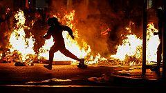 Tensión entre independentistas y ultraderechistas en la cuarta noche de disturbios en Barcelona