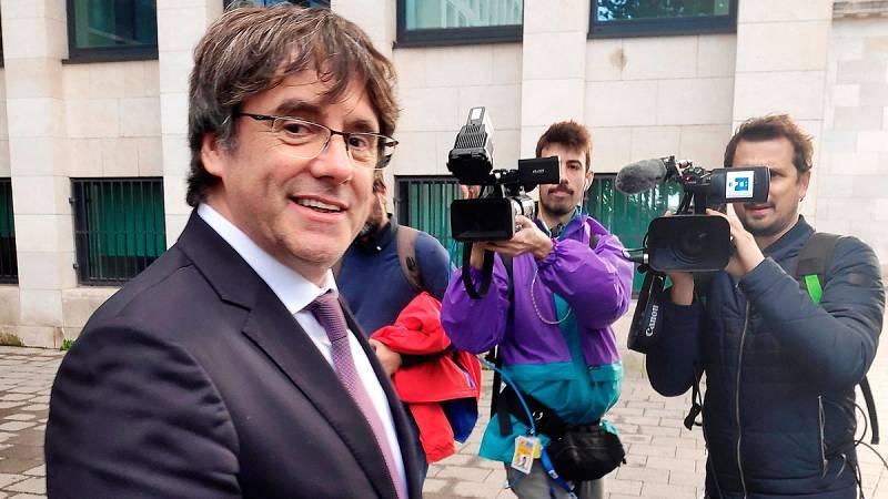 El expresidente de la Generalitat de Cataluña, Carles Puigdemont, ha quedado este viernes en libertad sin fianza pero con condiciones, tras comparecer de forma voluntaria en Bruselas ante las autoridades belgas por la euroorden cursada por el juez de