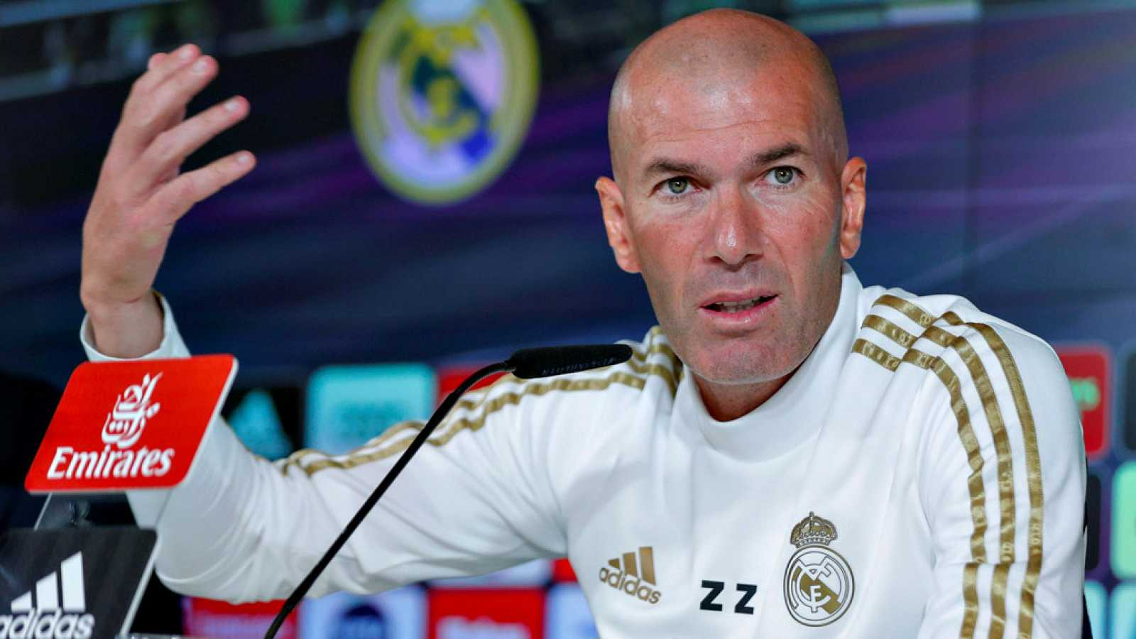 """El entrenador del Real Madrid, Zinédine Zidane, no quiso  profundizar demasiado en el aplazamiento del Clásico que debía de  jugarse el próximo 26 de octubre y aunque reconoció que tiene su  """"preferencia"""" sobre la fecha de su disputa, afirmó que se a"""