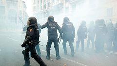 Los estudiantes concentrados ante la Jefatura Superior de Policía lanzan botes de humo a los agentes