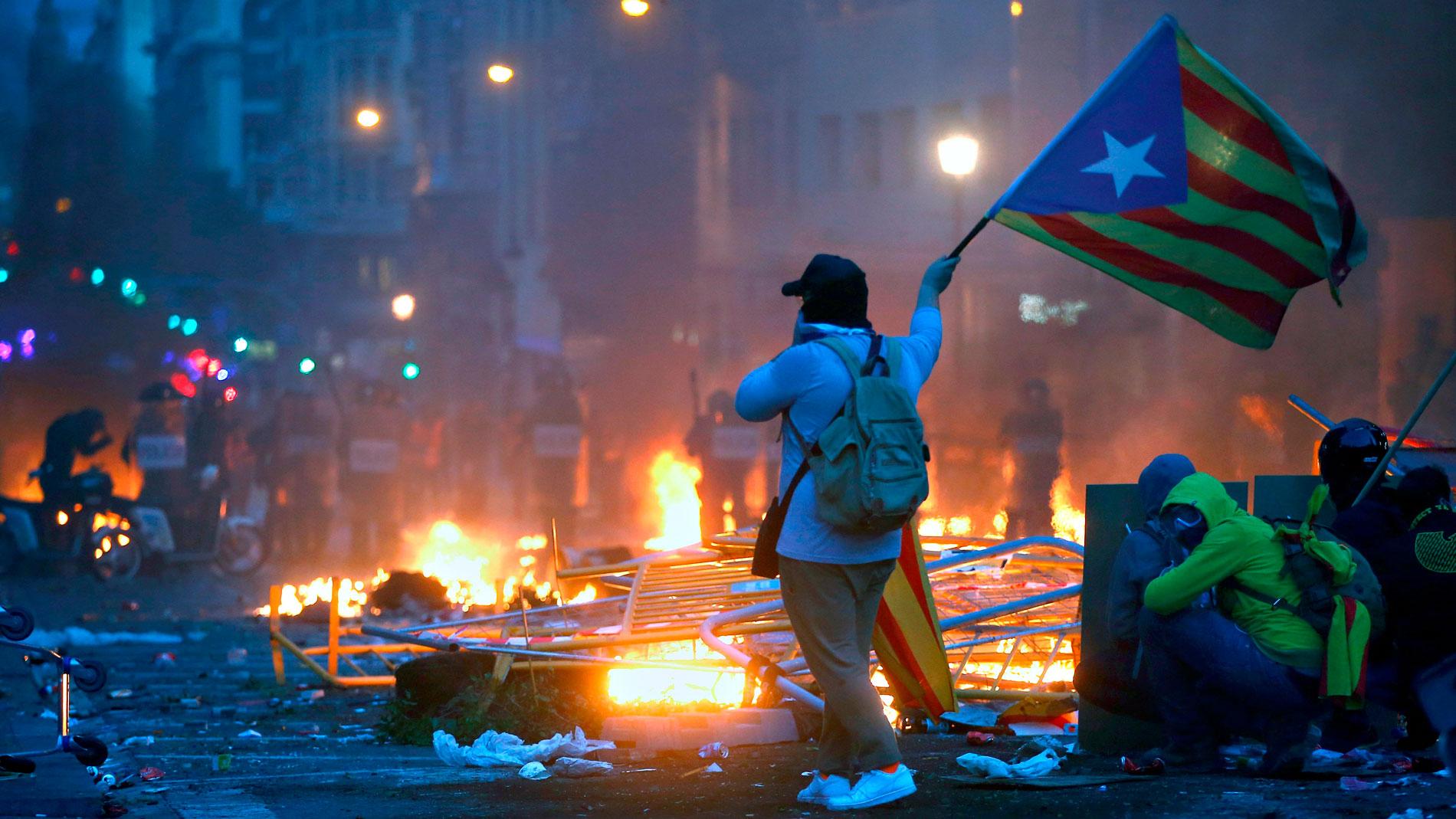 Cataluña - Nuevos enfrentamientos violentos en Barcelona en la quinta  jornada de protestas contra la sentencia del 'procés'