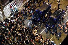 Una cadena humana evita disturbios con la policía en la sexta jornada de protestas en Barcelona