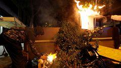 Bomberos dialogan con un grupo de manifestantes para evitar más fuegos