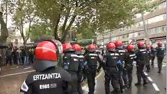 Cargas policiales en el centro de Bilbao donde Vox celebra un mitin
