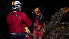 Llegan al exterior los cuatro espeleólogos a los que se buscaba desde hace un día en una cueva cántabra
