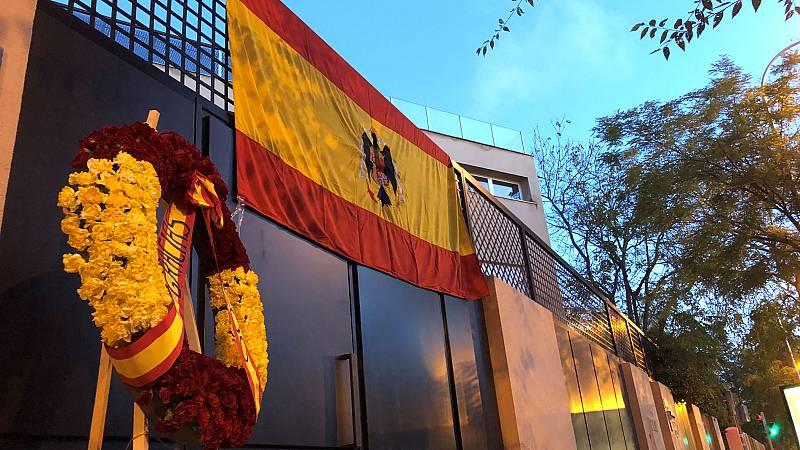Francis Franco coloca la bandera preconstitucional de España en su oficina antes de la exhumación