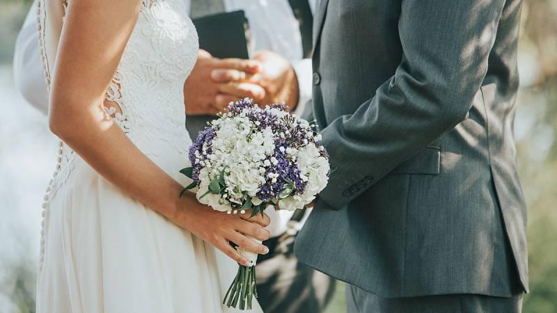 """El tiempo es una de las preocupaciones de las parejas que se van a casar, junto a otras muchas como las invitaciones, el vestido y el traje o el banquete. Uno con 130 invitados cuesta de media 20.000 euros. Hemos visitado """"1001 Bodas"""", el gran escapa"""