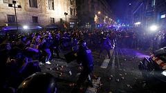 Los Mossos empujan a los manifestantes radicales hacia Urquinaona