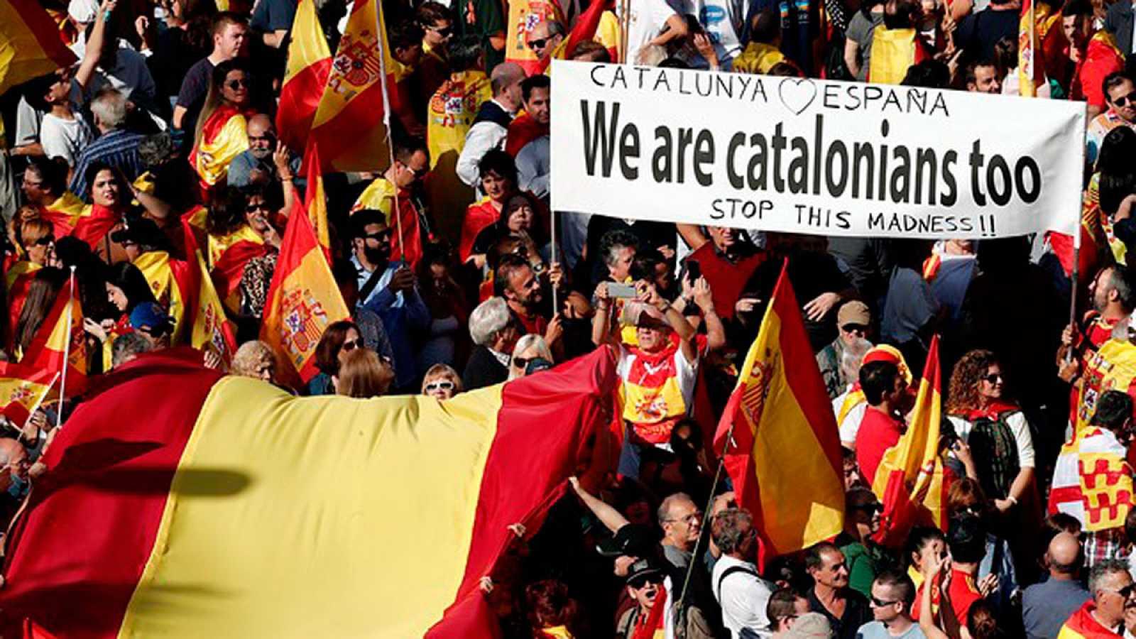 Miles de personas se manifiestan en Barcelona en contra del 'procés'