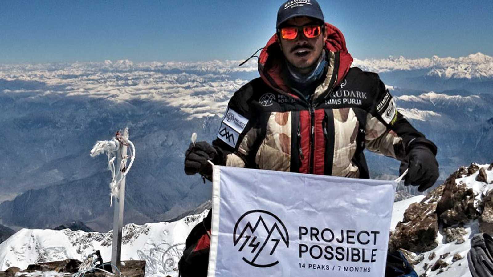 Nirmal Purja, un nepalí de 36 años, se ha convertido en el  escalador que en menos tiempo ha hecho cima en los 14 'ochomiles' del  planeta, un logro conquistado en apenas seis meses y que a otros  alpinistas les ha llevado varios años.
