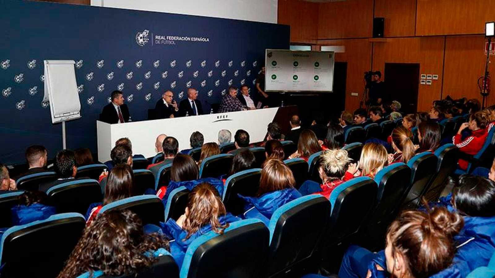 La RFEF trata de desbloquear la huelga del fútbol femenino con una oferta de más de un millón de euros