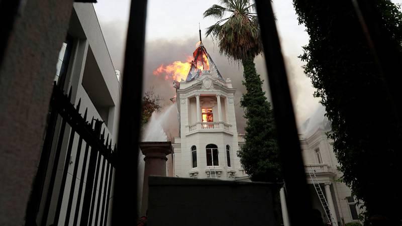 Incendian un edificio histórico y allanan la embajada de Argentina durante las protestas en Chile