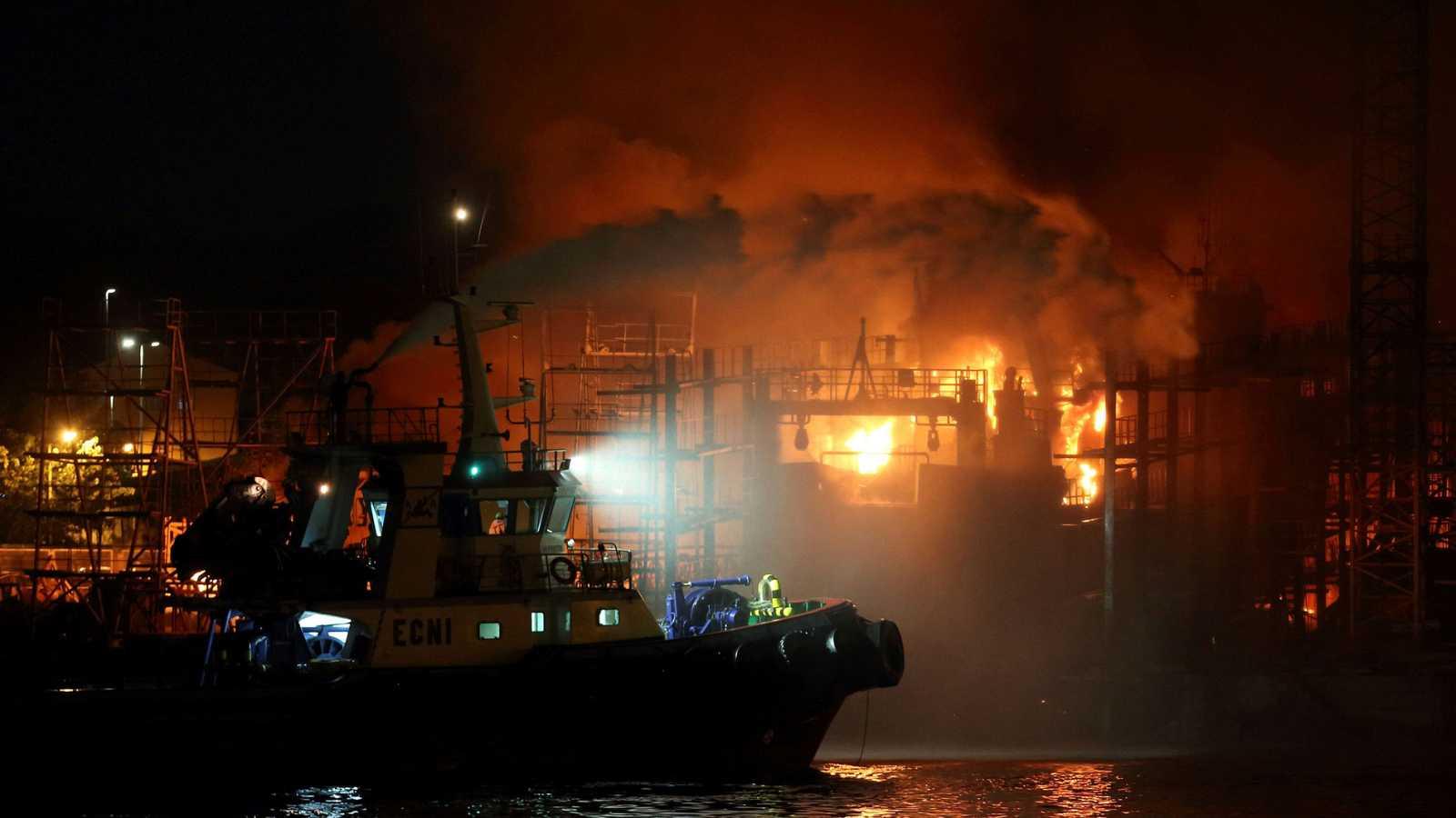 Un incendio en un astillero de Pontevedra arrasa tres barcos