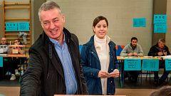 Urkullu acude a votar en un colegio de Durango y pide que se abra un nuevo ciclo provechoso para Euskadi