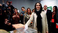 """Arrimadas, increpada por varias personas en el colegio electoral que la llaman """"fascista"""" y """"facha"""""""