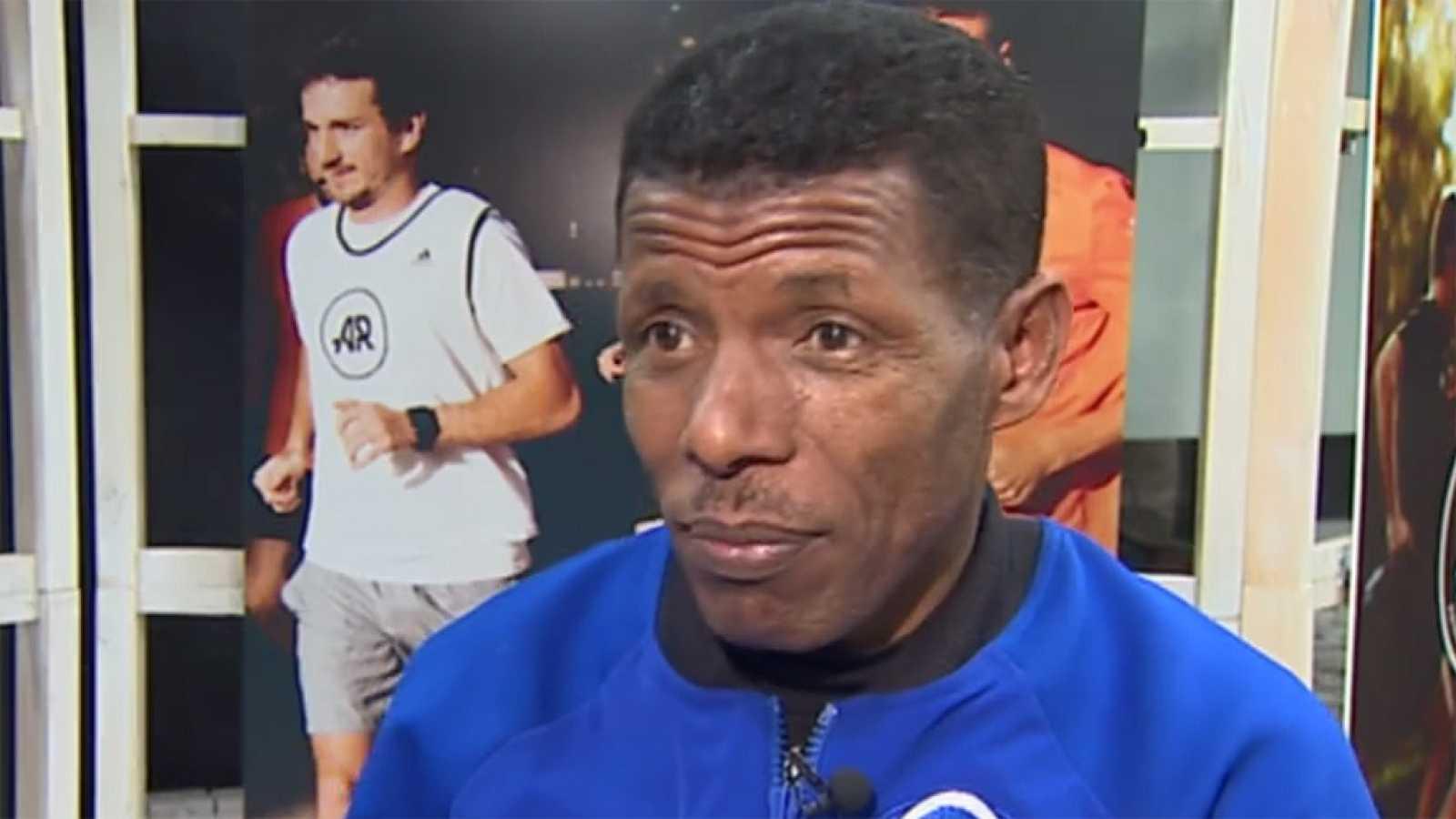El exatleta etíope, homenajeado en la 100ª Behobia-San Sebastián, reconoce el esfuerzo del atleta keniano y analiza la evolución del calzado en el atletismo para TVE.