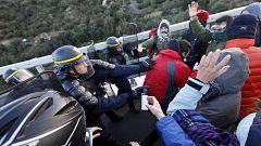 Los antidisturbios franceses empiezan a desalojar a los manifestantes independentistas que bloquean La Jonquera