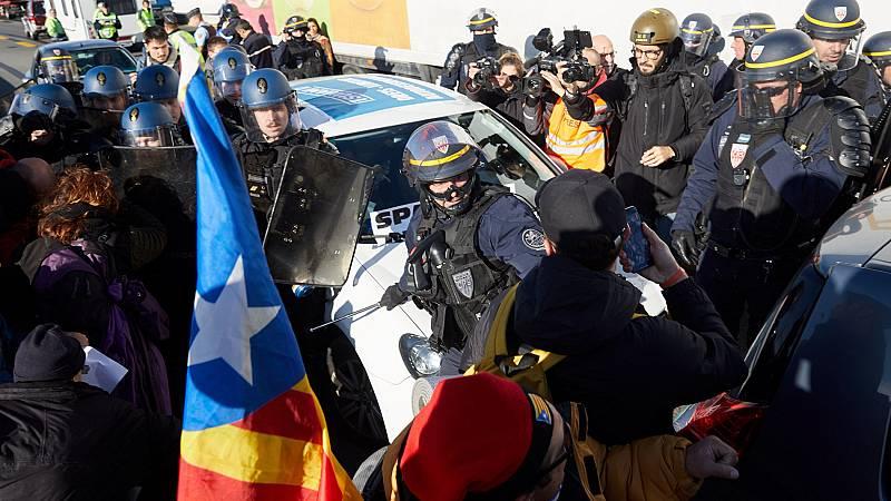 a policía francesa empieza a desalojar a los independentistas que bloquean La Jonquera