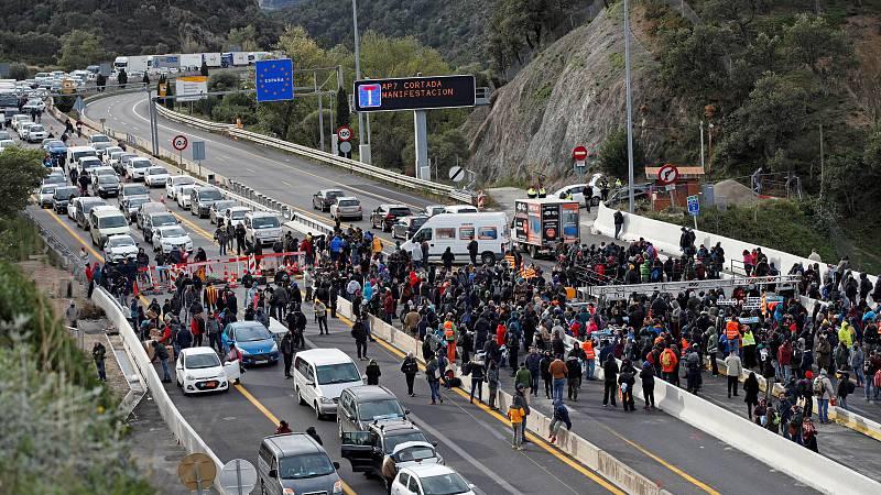 La Confederación Española de Transporte de Mercancias calcula que, sólo en transporte y logística se pueden perder hasta 25 millones de euros por cada día de bloqueo en La Jonquera. La CEOE pide al Gobierno que se coordine con Francia para desbloquea