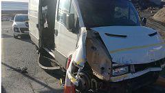 Una furgoneta con 52 migrantes se salta los controles de la frontera de Ceuta a gran velocidad