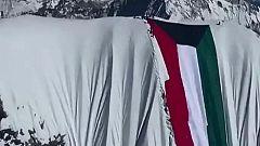Una bandera gigante, la última polémica del alpinista Nirmal Purja