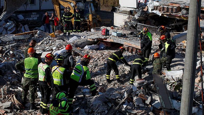 Los equipos de rescate buscan a supervivientes del terremoto en Albania.
