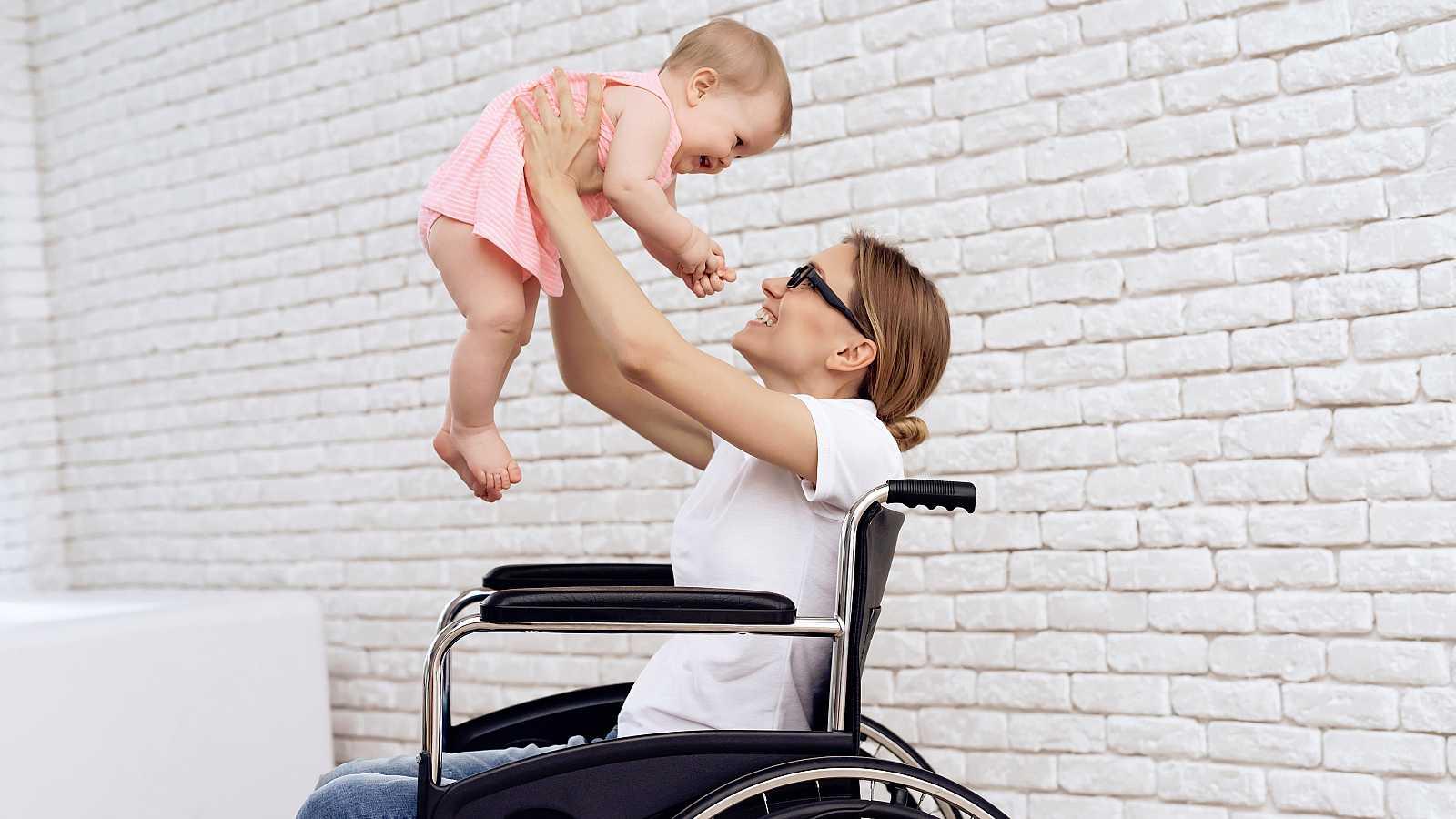 La immensa mayoría de mujeres que se quedan en silla de ruedas por una lesión medular o un accidente de tráfico pueden ser madres después de un tiempo aunque muchas ni se lo plantean. El hospital Vall d'Hebron, en Barcelona, ha puesto en funcionamien