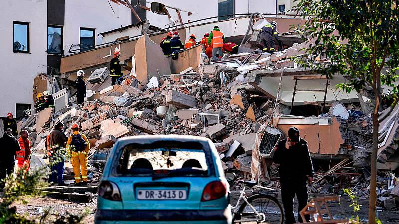 Albania busca supervivientes del terremoto entre réplicas