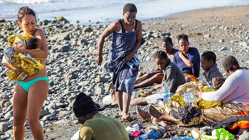 Llegan 24 inmigrantes exhaustos a una playa de Gran Canaria y son atendidos por algunos bañistas