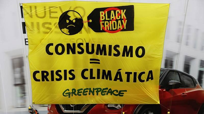 """Unos 30 activistas deGreenpeacese han encaramado este viernes a la fachada de un edificiocomercialde la Gran Vía madrileña, donde han desplegado unapancarta de 180 metros cuadrados para denunciar la """"fiesta delconsumismo""""en el Black Friday o V"""