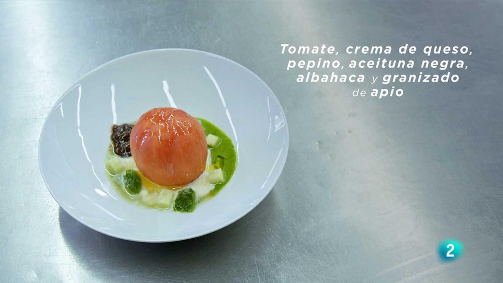La Ciencia de la Salud - Receta saludable con tomate, crema de queso, pepino, aceituna negra, albahaca y granizado de apio