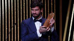 Alisson gana el primer premio Yashin de la historia