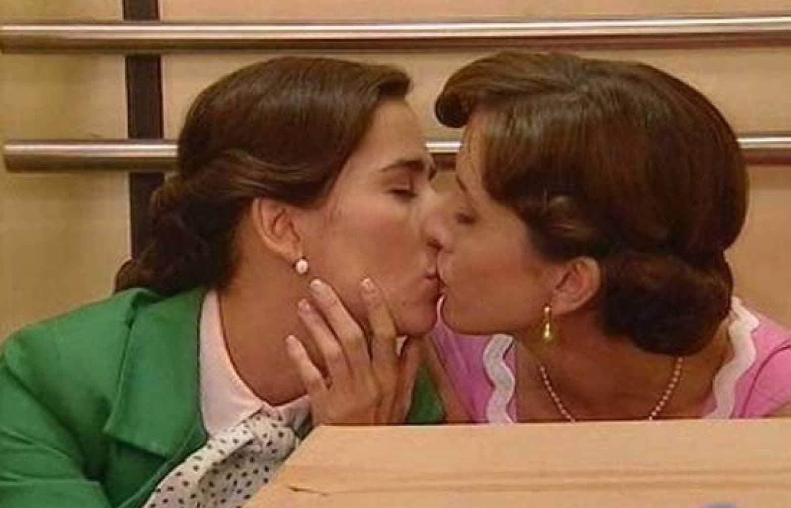 Ana y Teresa se besan en el ascensor... ¿se han enamorado?