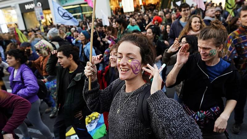Activistas por el clima cortan la Gran Vía de Madrid para exigir medidas