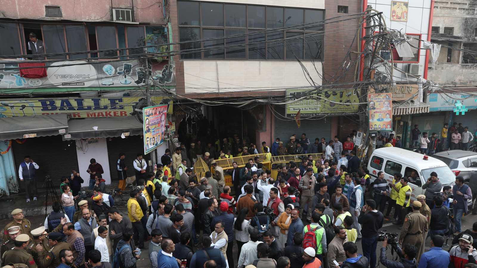 43 personas mueren en el incendio de una fábrica de Nueva Delhi - Ver ahora