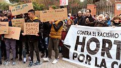 Concentración de los vecinos del madrileño barrio de Hortaleza frente al centro de menores atacado