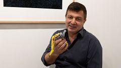 El artista David Datuna se come un plátano de 120.000 dólares, obra del controvertido artista italiano Cattelan