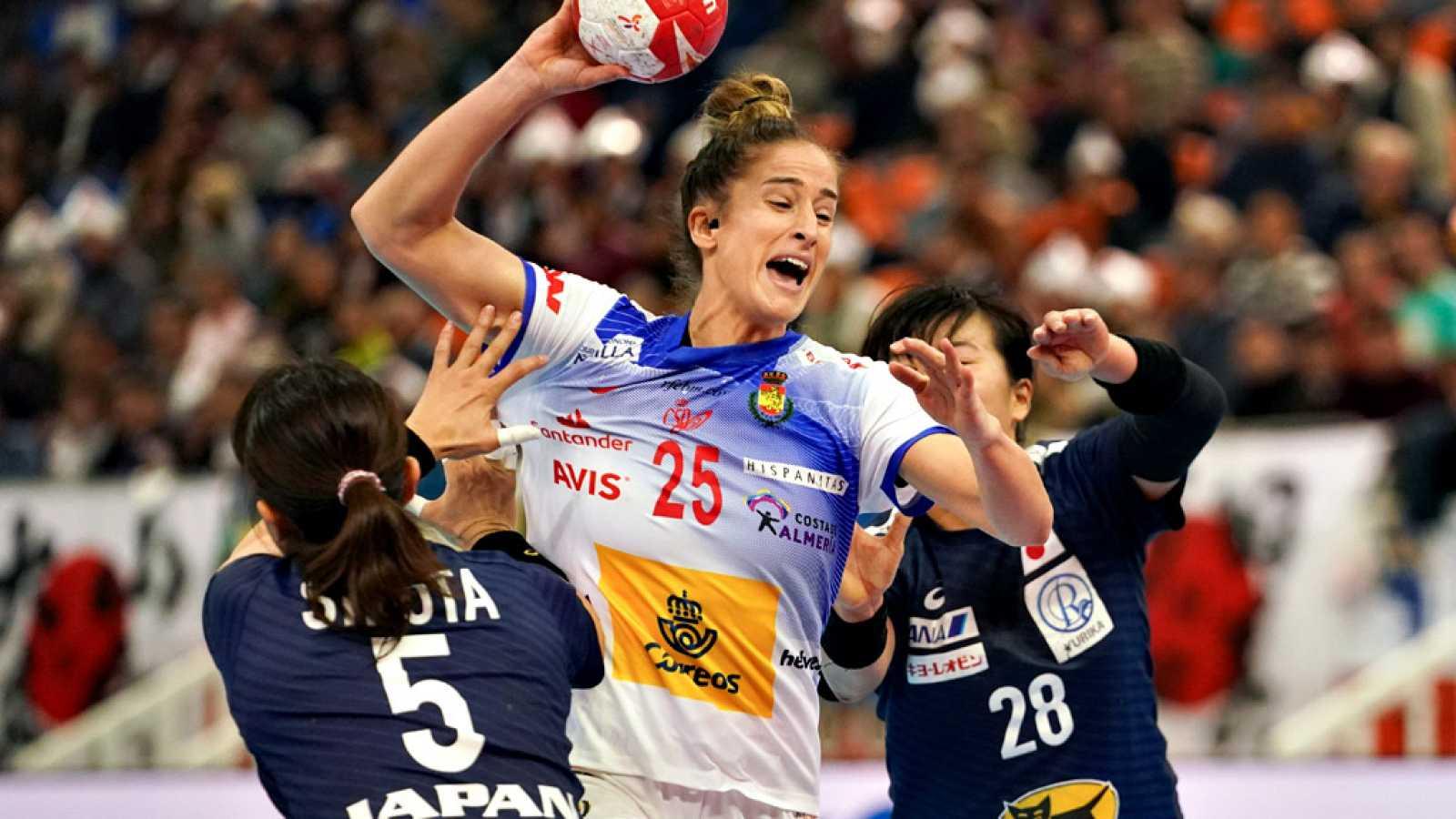 La selección española femenina de balonmano selló su clasificación para los torneos preolímpicos, el objetivo con el que arrancó el Mundial, y se jugará mañana ante Rusia el pase a las semifinales, tras imponerse este martes por 31-33 A Japón.