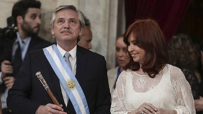 """Fernández toma posesión como presidente de Argentina y promete detener la """"caída libre"""" de la economía"""