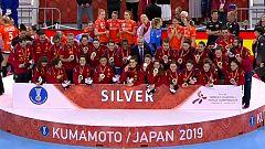 Las Guerreras suben al podio para recoger la medalla de plata