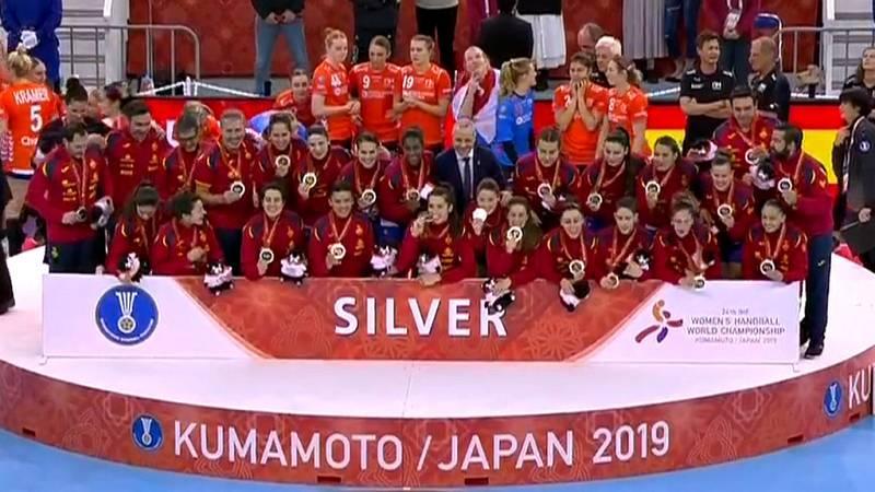 Las jugadoras de la selección española de balonmano femenino hace historia al colgarse por primera vez una medalla de plata en un Mundial de balonmano.