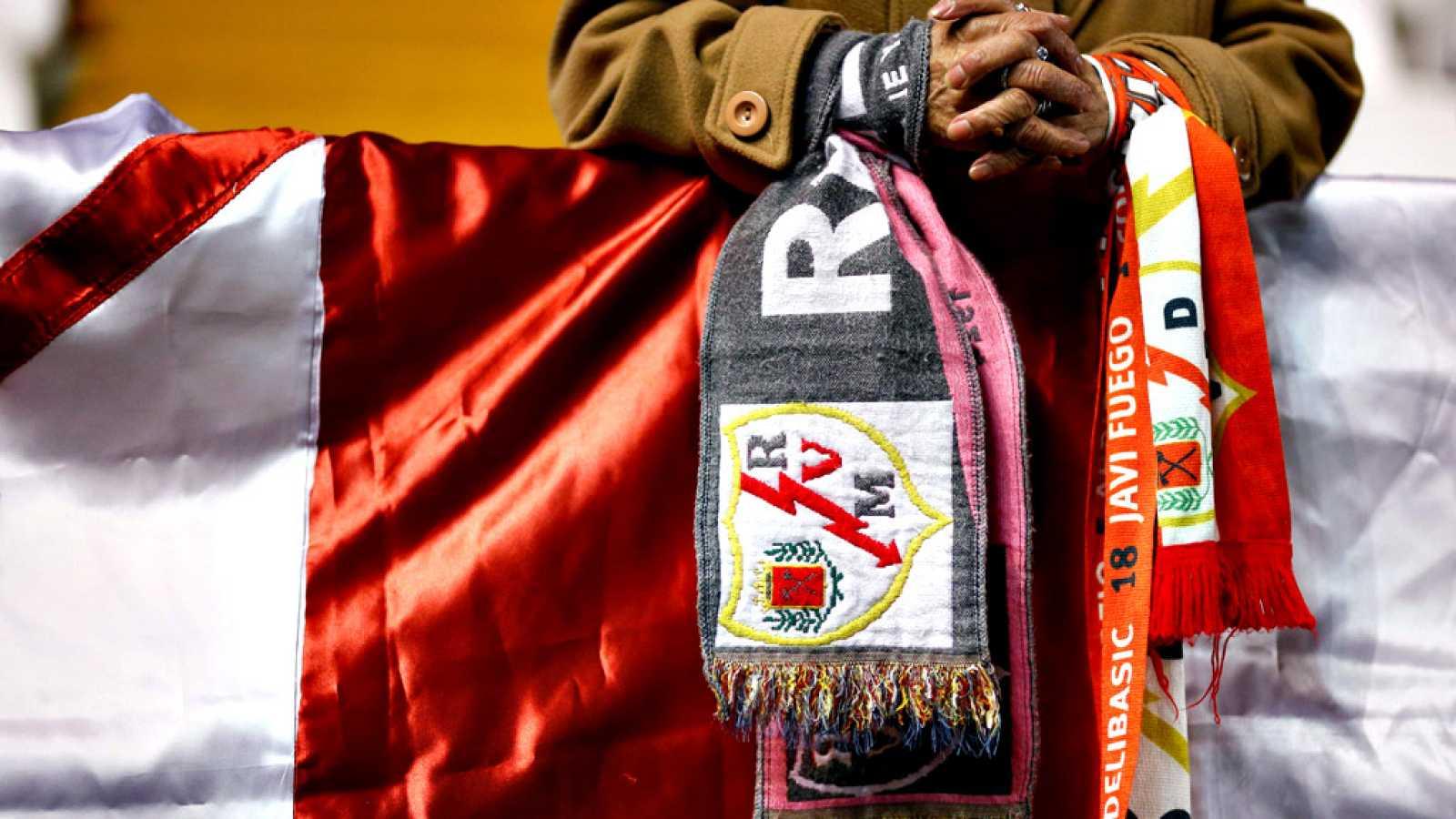"""Los insultos al ucraniano Román Zozulya, al que calificaron de """"puto nazi"""" una parte de los aficionados del Rayo situados en el fondo del estadio de Vallecas, provocaron que el partido entre el equipo madrileño y el Albacete se suspendiera tras un a"""