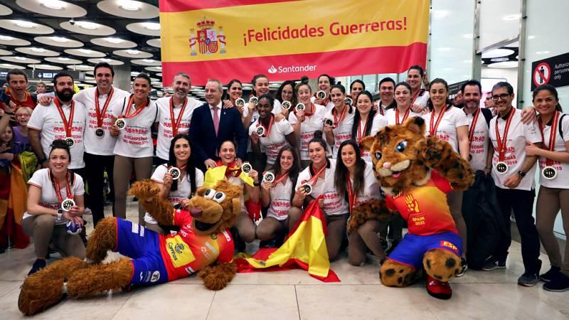 La selección española femenina de balonmano, medalla de plata en el Campeonato del Mundo en Japón, tuvo este lunes un gran recibimiento a su llegada al aeropuerto Madrid Barajas-Adolfo Suárez, donde le esperaban cientos de aficionados y aficionadas (