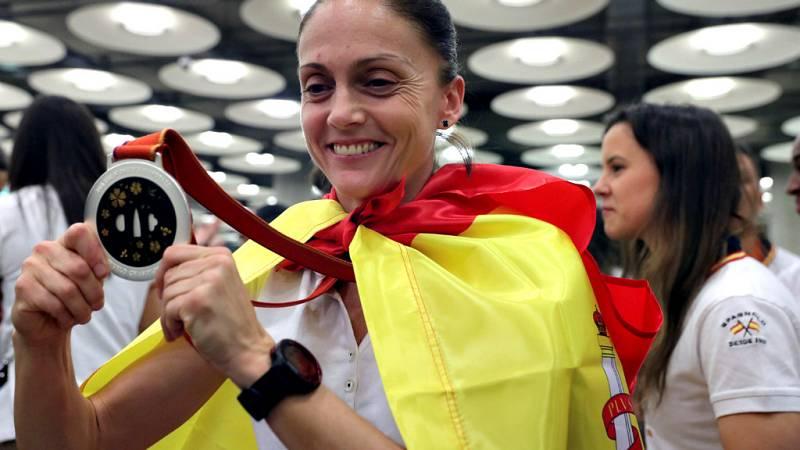 A pesar del largo traslado, las jugadoras de la selección española celebraron en Madrid el triunfo histórico cosechado en el Mundial de Japón 2019.
