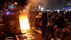 Arrojan objetos a los vehículos policiales de los Mossos