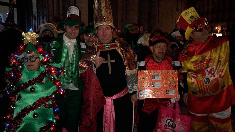 Algunas personas entran disfrazadas al sorteo de la Lotería de Navidad en el Teatro Real