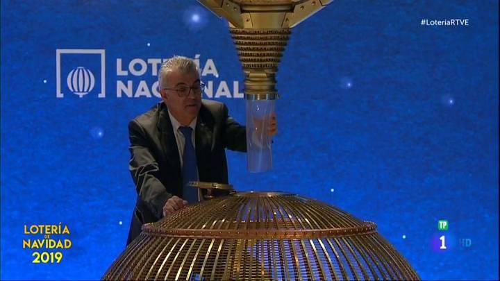 Momento en el que un operario introduce una bola en el bombo de la Lotería de Navidad